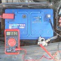 почему разряжается аккумулятор автомобиля