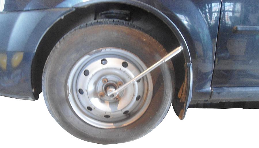 подтягиваем гайку подшипника ступицы переднего колеса