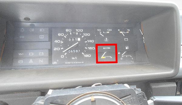 Эконометр в щитке приборов автомобиля