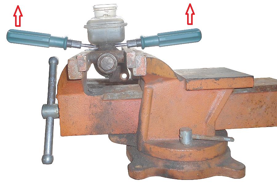 Отсоединяем бачок от главного тормозного цилиндра при помощи двух отверток