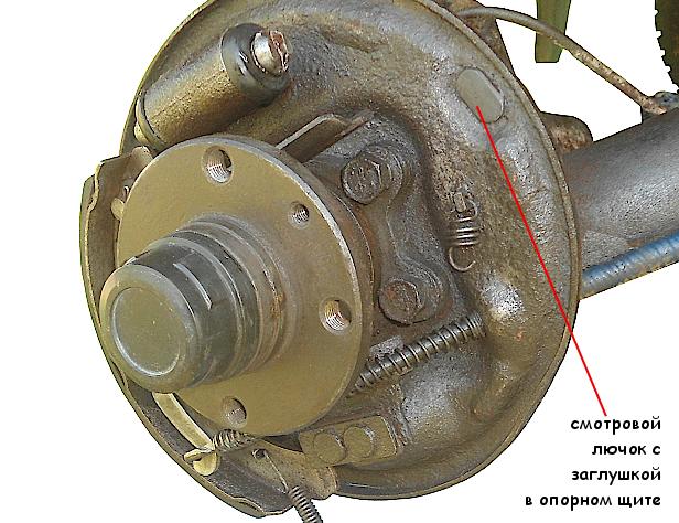 Смотровой лючок с заглушкой для проверки задних тормозных колодок